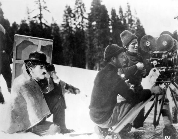 """Charlie Chaplin directing """"The Gold Rush"""" (1925). (©ROY EXPORT CO/Ronald Grant Archive/Alamy)"""