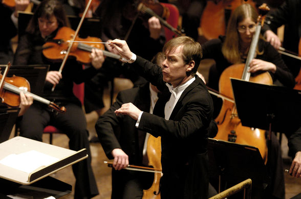 David Robertson leads the St. Louis Symphony.